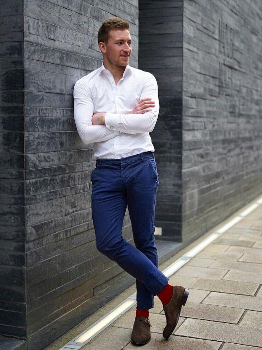 Vyras vilki baltus marškinius, mėlynas kelnes, avi rudus batus