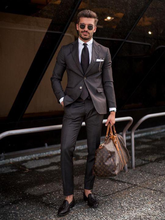 Vyras vilki rudą kostiumą, baltus marškinius, avi tamsiai rudus batus