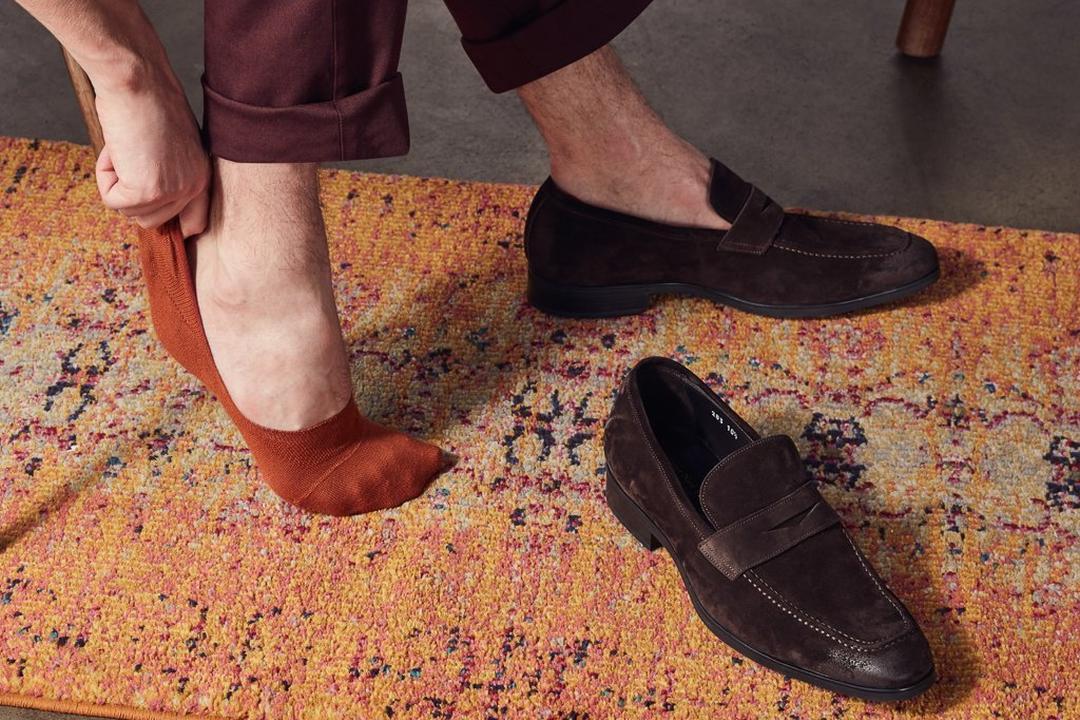 Vyras maunasi kojines pėdutes