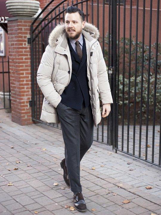 Vyras vilki baltą parką striukę ir kostiumą