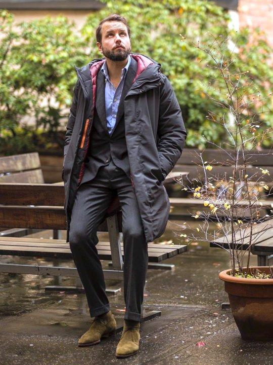 Vyras vilki pilką parką striukę ir kostiumą