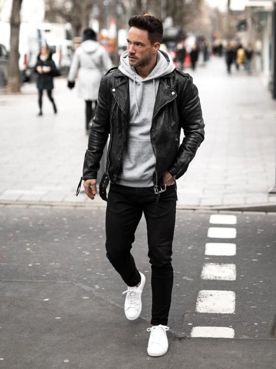Vyras vilki juoda biker striukę, džemperį su gobtuvu, judus džinsus