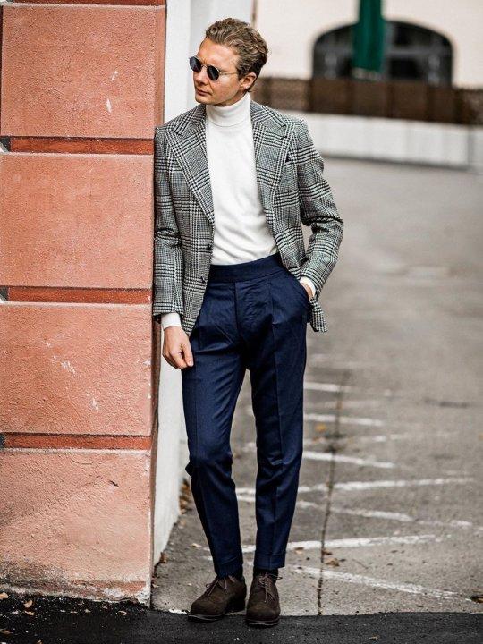 Vyras vilki pilką švarką, mėlynas kelnes, avi rudus batus
