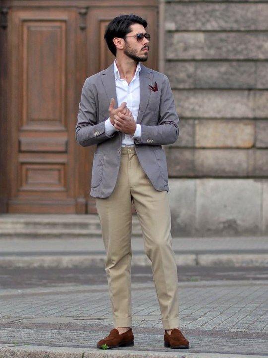 Vyras vilki pilką švarką, šviesiai rudas kelnes, avi rudus batus