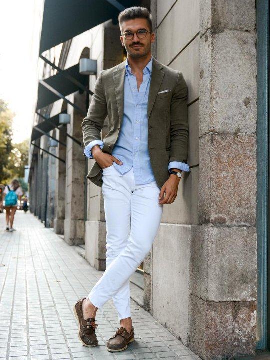 Vyras vilki žalią švarką, baltas kelnes, avi rudus batus