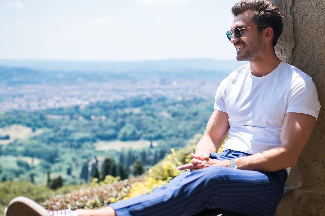 Vyras vilki baltus marškinėlius, mėlynas kelnes