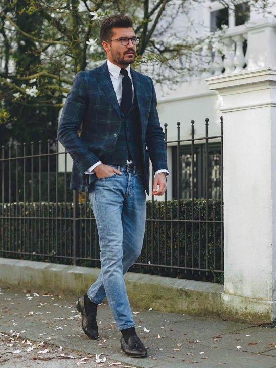 Vyras vilki mėlyną švarką, liemenę, šviesiai mėlynus džinsus