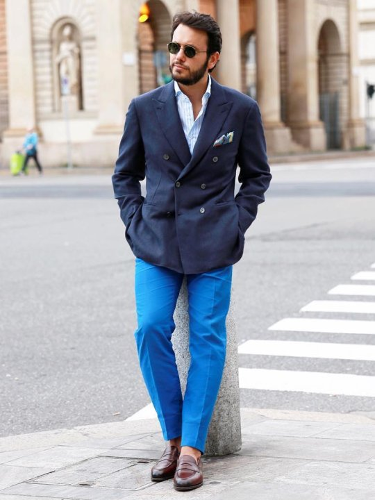 Vyras vilki mėlyną švarką ir šviesiai mėlynas kelnes