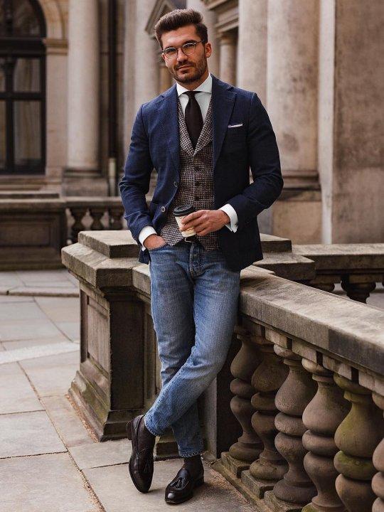 Vyras vilki mėlyną švarką ir mėlynus džinsus
