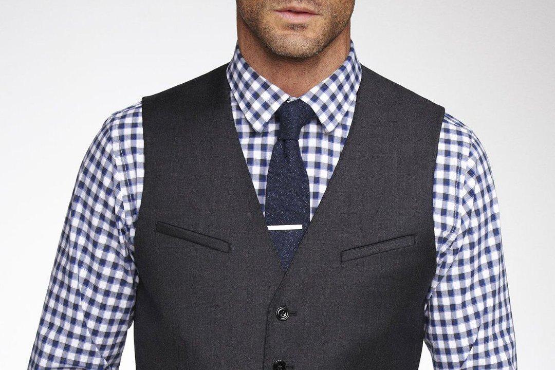 Vyras vilki liemenę ir ryši kaklaraištį su segtuku