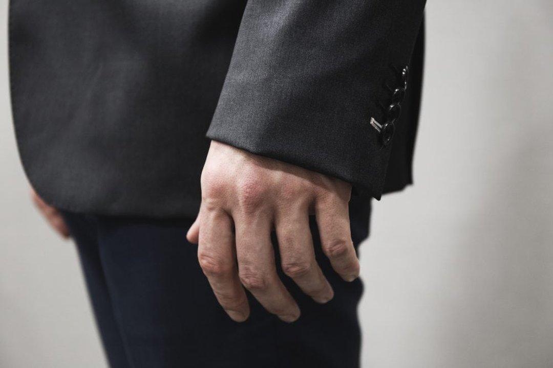Pilkas švarkas per ilgomis rankovėmis