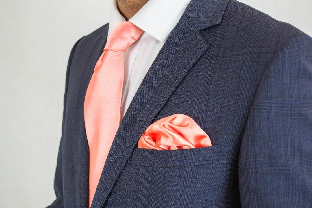 Mėlynas švarkas ir vienodos spalvos kaklaraištis ir nosinaitė