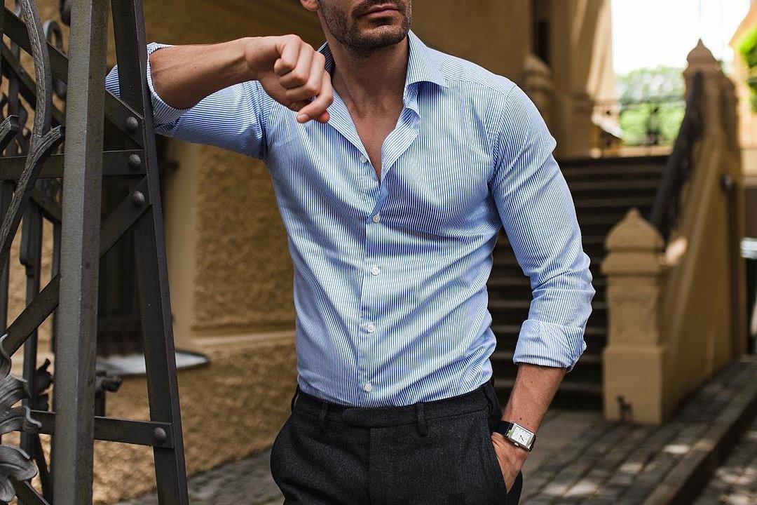 Vyras vilki sukištus juostuotus kostiuminius marškinius