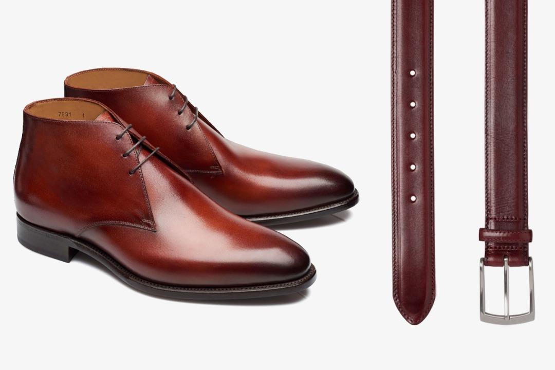 Tamsiai raudoni batai ir tamsiai raudonas diržas