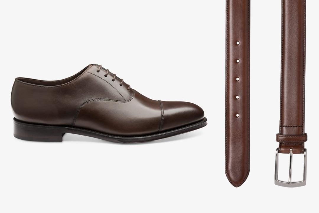 Tamsiai rudi batai ir tamsiai rudas diržas