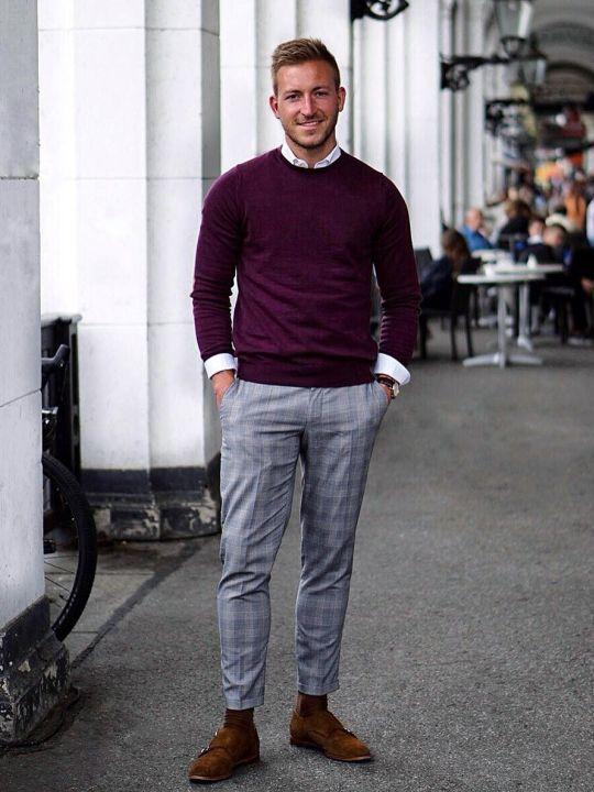 Vyras vilki raudoną megztinį, pilkas kelnes, avi rudus batus