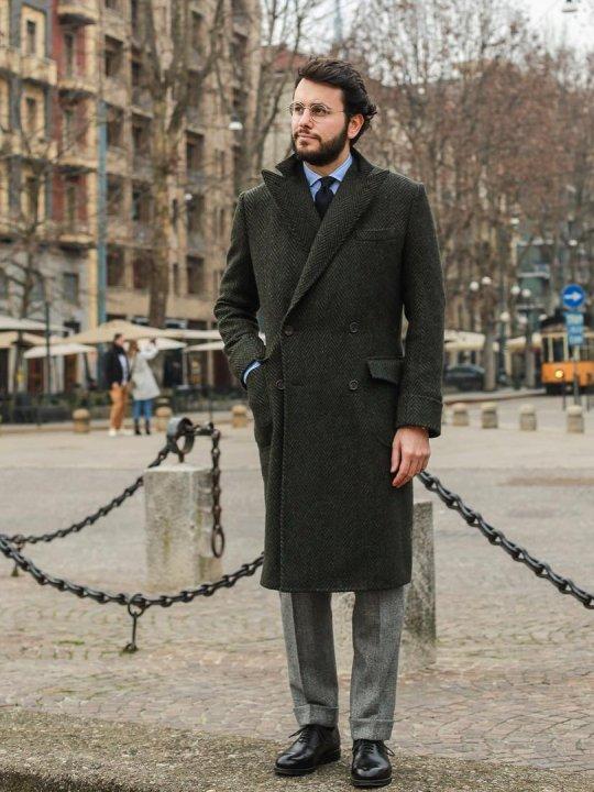 Vyras vilki pilką kostiumą, avi juodus batus