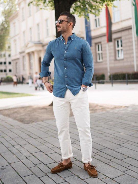 Vyras vilki mėlynus marškinius, baltas kelnes, avi rudus batus