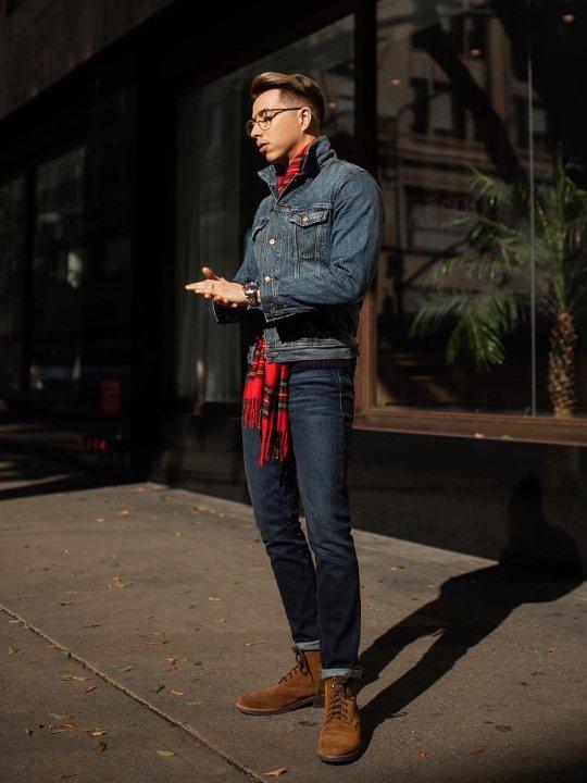 Vyras vilki mėlyną džinsinį švarką, tamsiai mėlynus džinsus, avi rudus batus