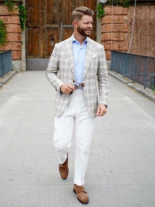 Vyras vilki šviesiai pilką švarką, baltas kelnes, avi šviesiai rudus batus