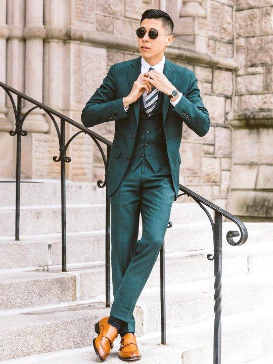 Vyras vilki žalią kostiumą, avi šviesiai rudus batus