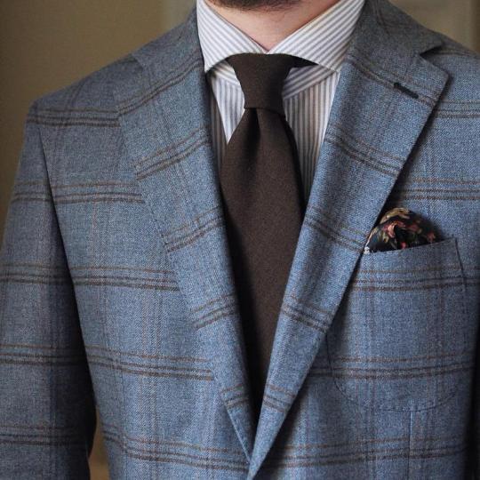 Mėlynas languotas švarkas, šviesiai rudi juostuoti marškiniai, tamsiai rudas kaklaraištis