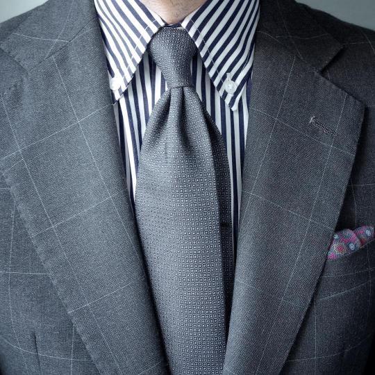 Pilkas kostiumas, pilki dryžuoti marškiniai, pilkas kaklaraištis