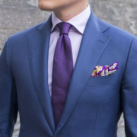 Mėlynas kostiumas, violetinis kaklaraištis