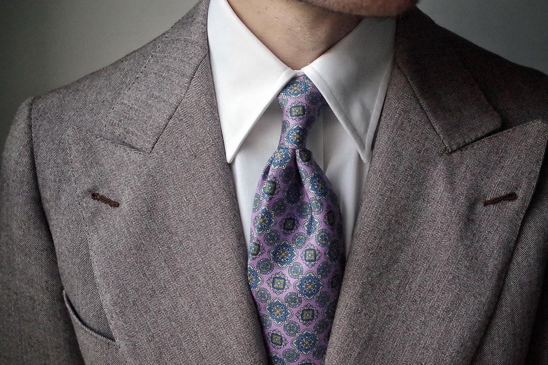 Balti marškiniai, pilkas kostiumas, rožinis kaklaraištis