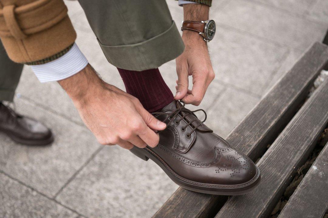 Žalios kelnės, raudonos kojines ir rudi batai