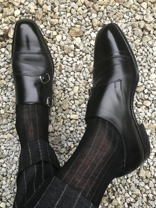 Juodos kojinės, kelnės ir batai