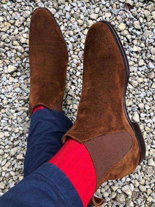 Mėlynos kelnės, raudonos kojinės, rudi batai