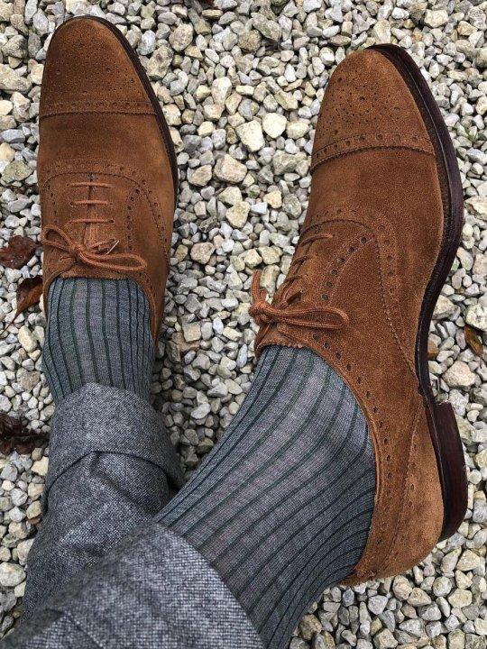 Pilkos kojinės ir kelnės, rudi batai