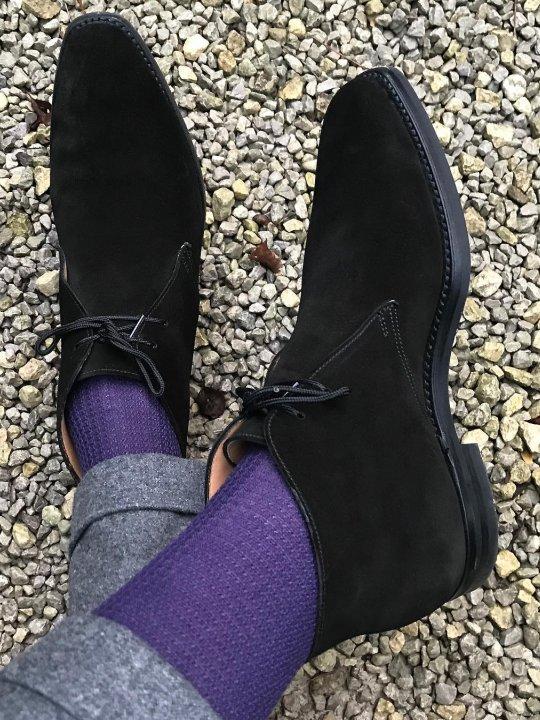 Pilkos kelnės, violetinės kojinės, rudi batai