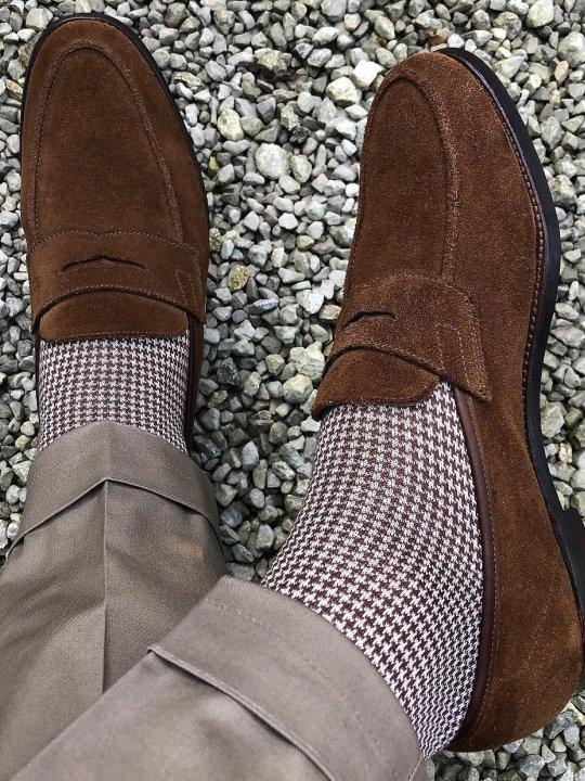Šviesiai rudos kelnės, šviesiai rudos raštuotos kojinės, rudi batai