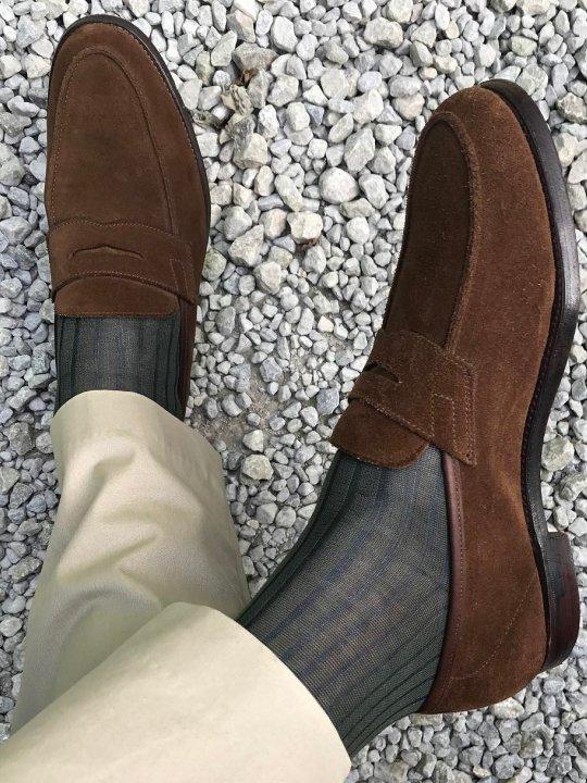 Šviesios kelnės, pilkos kojinės ir rudi batai