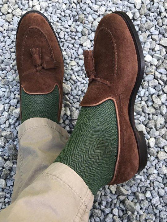 Šviesios kelnės, žalios kojinės ir rudi batai