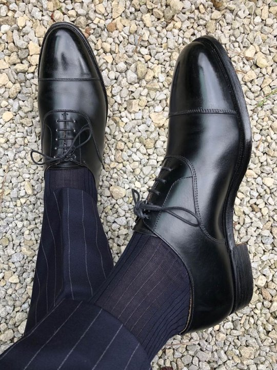 Tamsiai mėlynos kojinės ir kelnės, juodi batai