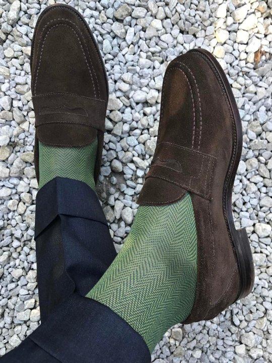Tamsiai pilkos kelnės, žalios kojinės, rudi batai