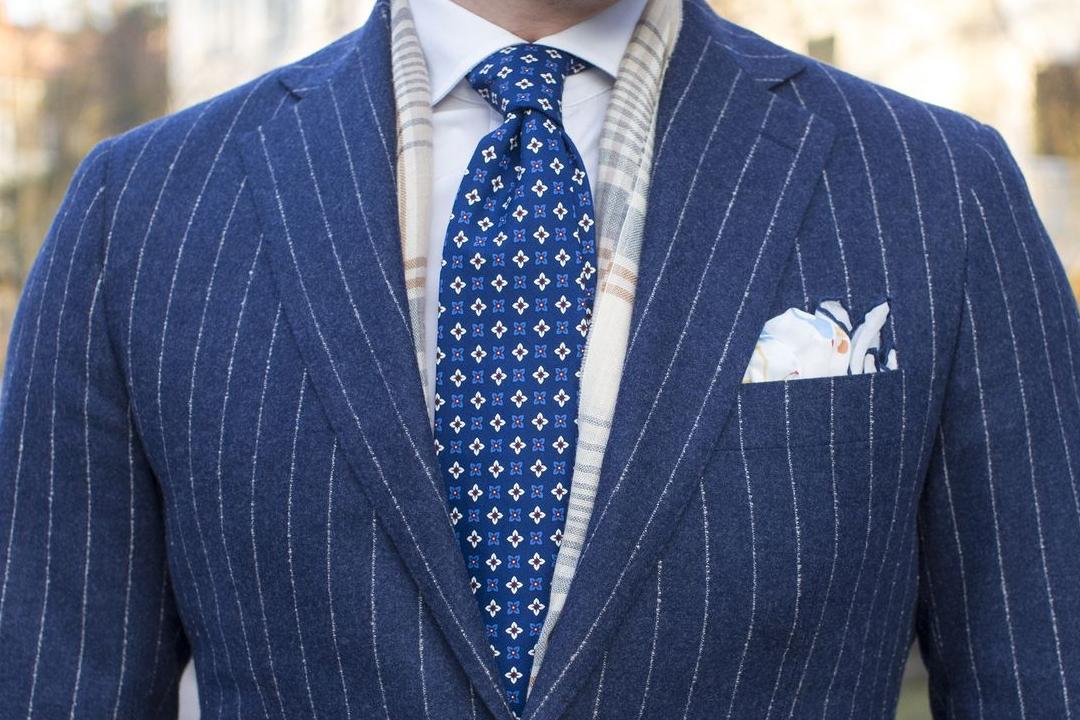 Mėlynas flanelinės vilnos kostiumas