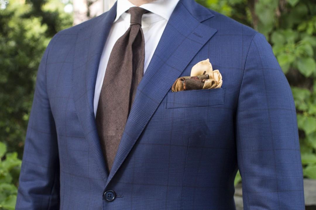 Mėlynas languotas kostiumas iš šukuotinės vilnos
