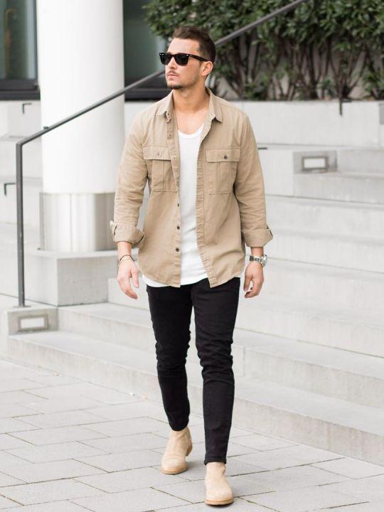 Vyras vilki šviesiai rudus marškinius, baltus marškinėlius, juodas kelnes, avi šviesiai rudus batus