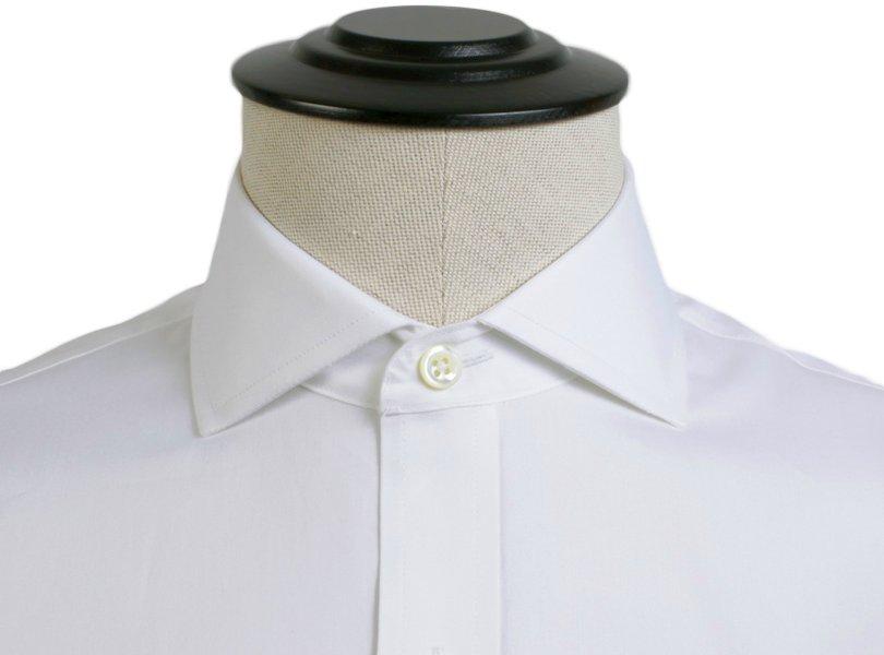 Praskleista marškinių apykaklė