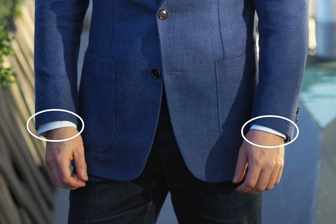 Kelis centimetrus iš po švarko išlindusios marškinių rankovės